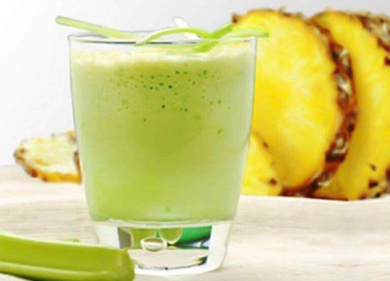 näin valmistuu smoothie selleristä ja ananaksesta