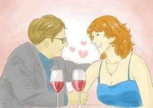 rakastunut pariskunta viinilasillisella