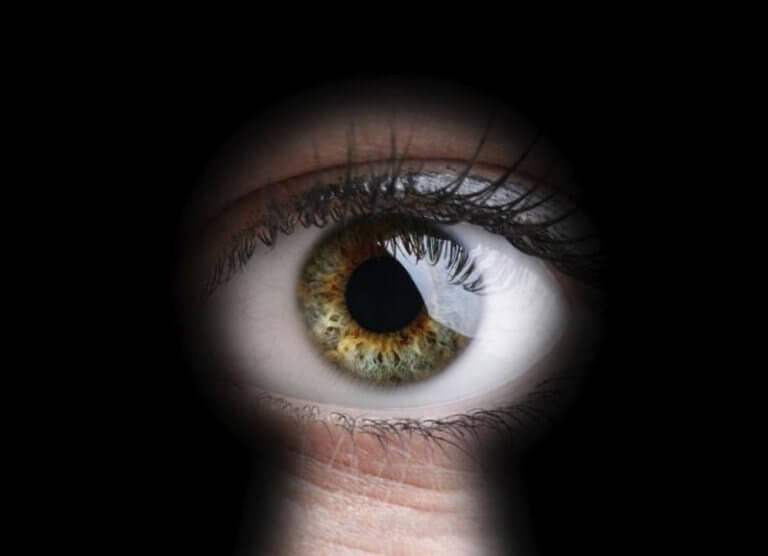 silmä tirkistelee