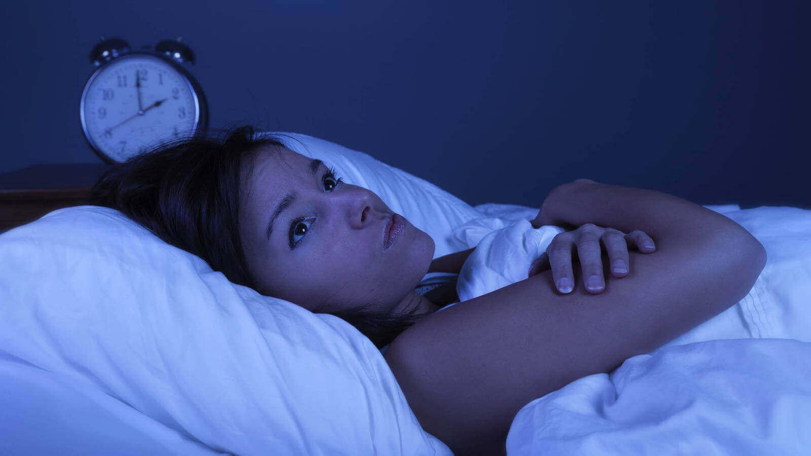 nainen heräsi keskellä yötä