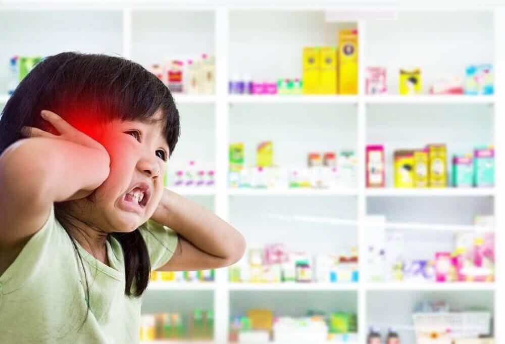 Aivokalvontulehdus aiheuttaa lapselle valoherkkyyttä.