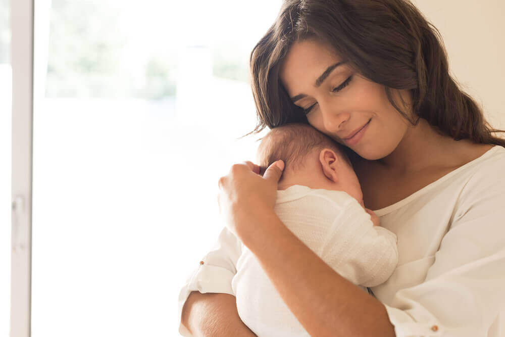 äiti halaa pientä vauvaansa