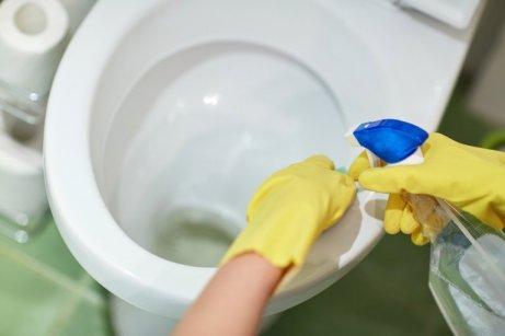 Kylpyhuoneen desinfiointiin voi käyttää erilaisia tuotteita.