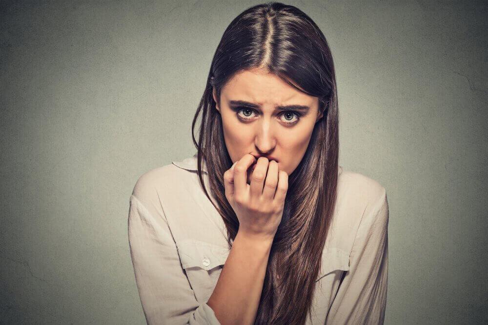 ahdistus iskee ja nainen pureskelee kynsiään
