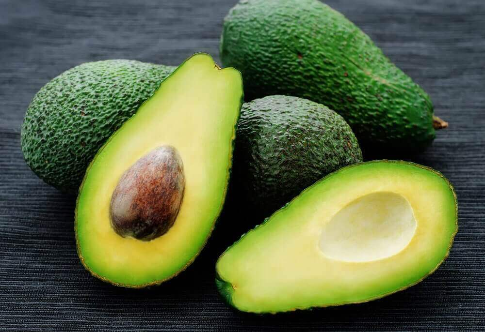 Avokado on guacamolen keskeisin aines.