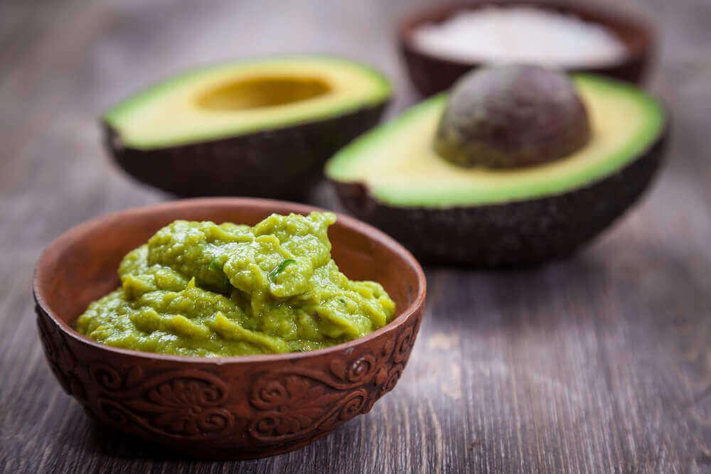 Kotitekoinen guacamole on helppo valmistaa.
