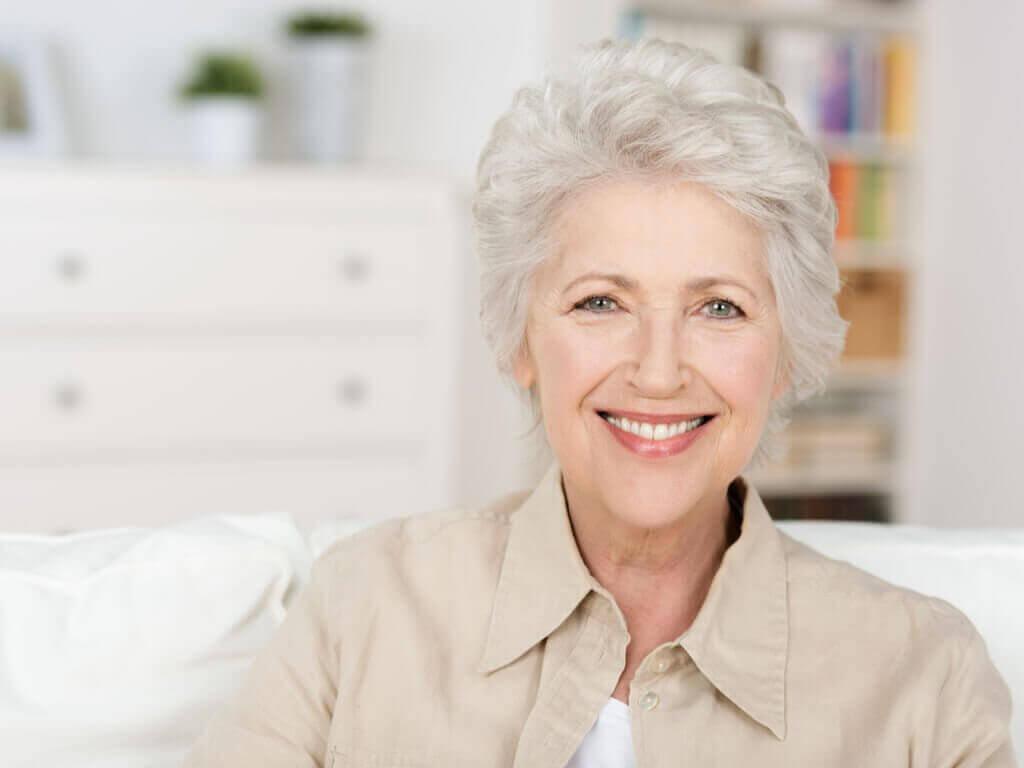 vanhempi nainen jolla harmaat hiukset