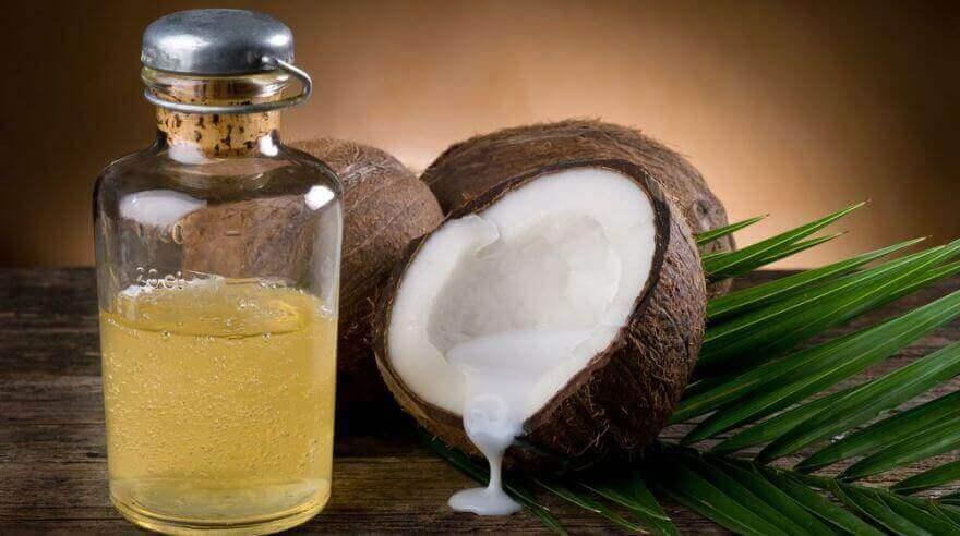 Hiushoito kookos- ja rosmariiniöljystä auttaa stimuloimaan hiusten kasvua.