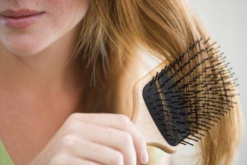 harjaa hiuksiaan kunnes hiukset lähtevät