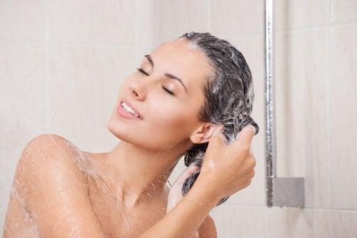 Saat pitkät ja terveet hiukset käyttämällä luonnollista shampoota, jossa ei ole suolaa.