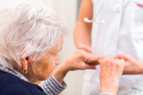 Alzheimerin tautia esiintyy yleensä ikääntyneillä ihmisillä.