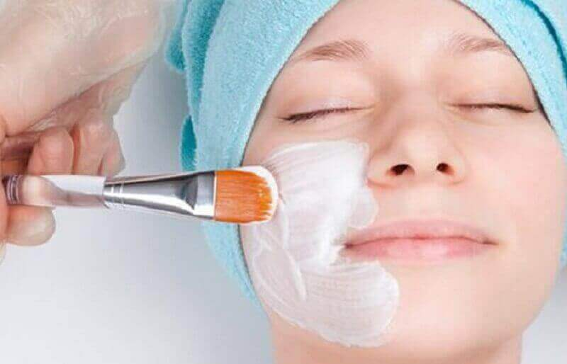 Rosmariinivesi sulkee ihohuokoset, mikä ehkäisee mustapäiden syntyä.