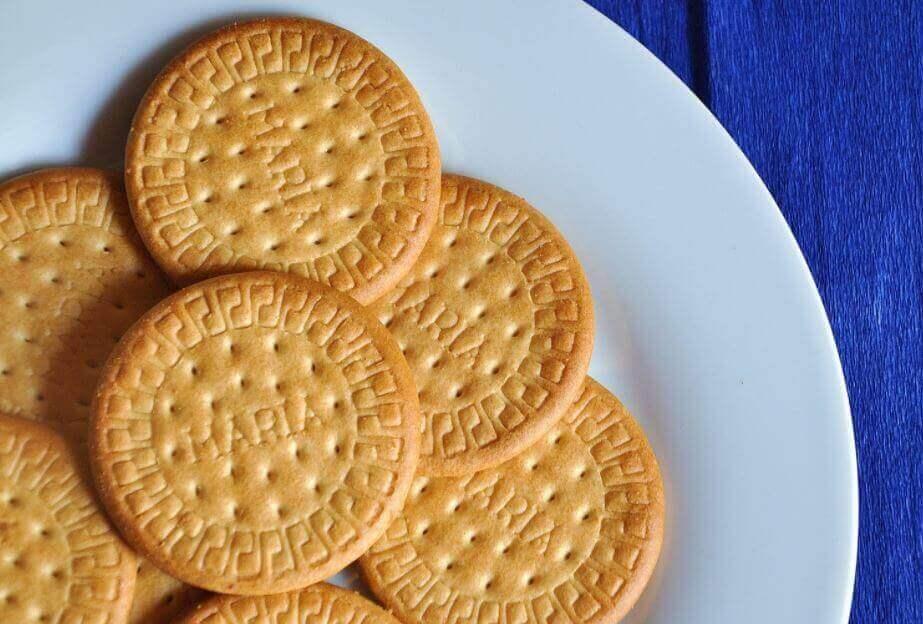 Sitruuna-Charlotte valmistetaan Marie- kekseistä, maitotiivisteestä sekä sitruunasta.