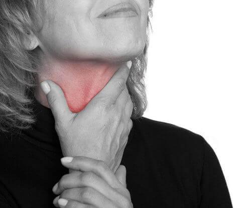 syövän ensioireet: pitkittynyt kurkkukipu