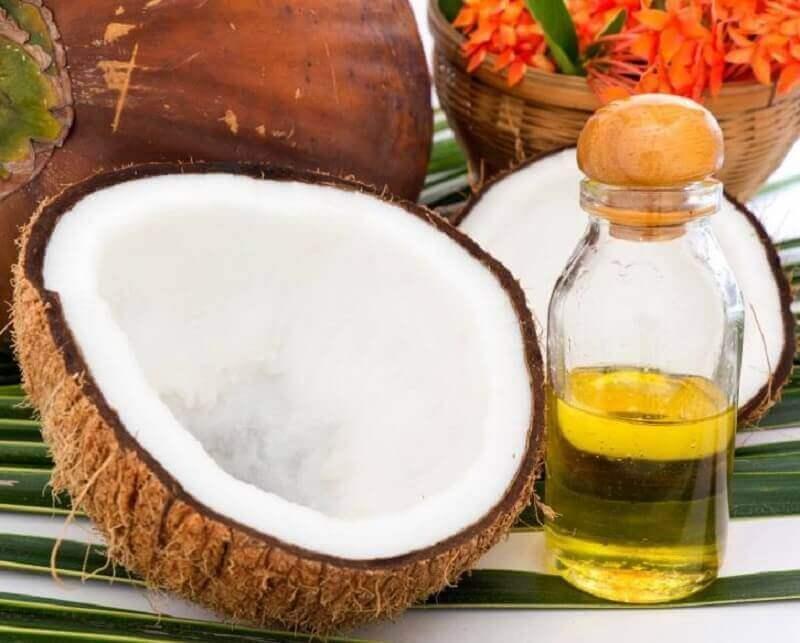 Stimuloi hiusten kasvua kookosöljyn ja rosmariinin avulla.