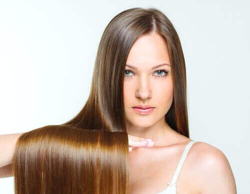 kylmän aamusuihkun hyödyt: kiiltävät hiukset