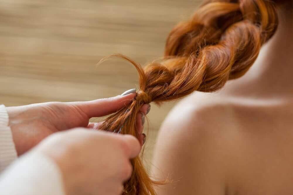 Pitämällä hiukset letillä, suojaa se mm. saasteilta.