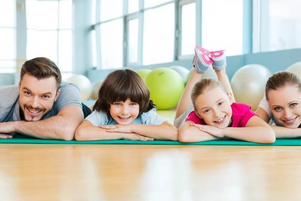 terve perhe harrastaa liikuntaa