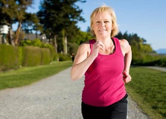 keski-ikäinen nainen lenkillä