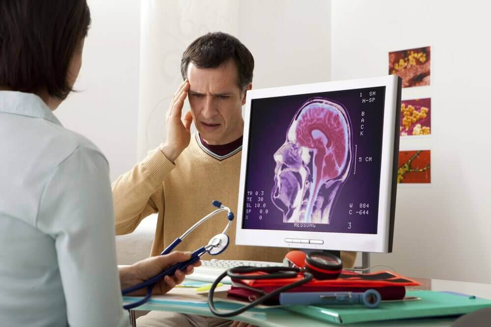 mies lääkärin vastaanotolla päänsäryn takia