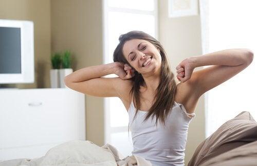 nainen venyttelee sängyssä