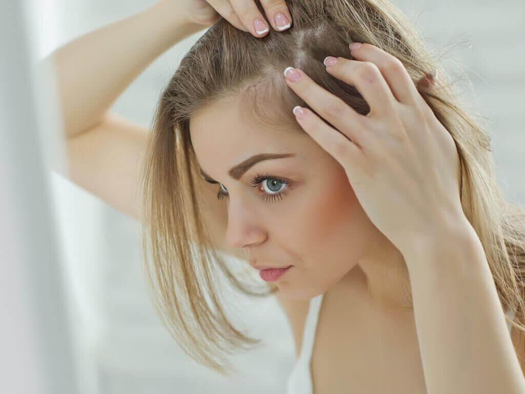 Päänahan hieronta vilkastuttaa verenkiertoa.