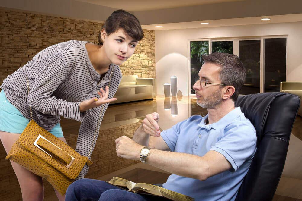 teini-ikäinen tytär ja isä neuvottelevat