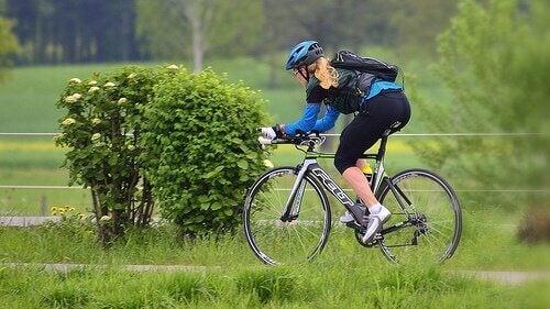 nainen pyöräilemässä