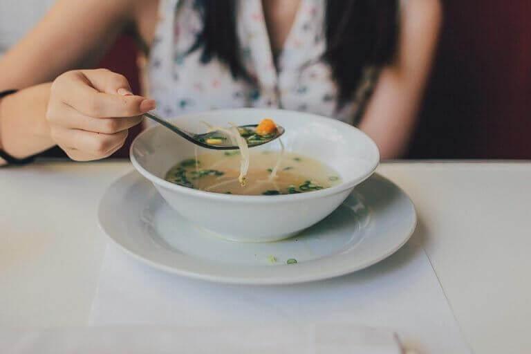 nainen syö keittoa