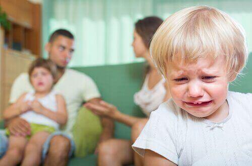 Mitä seurauksia vanhempien riitelystä on lapselle?