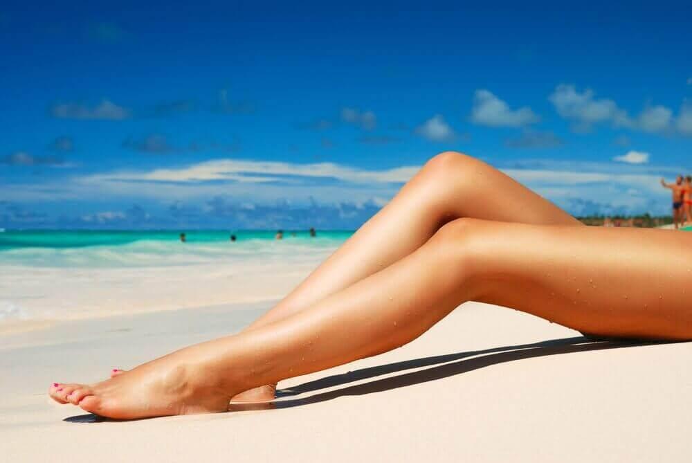 nainen aurinkorannalla