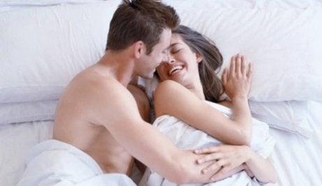 iloinen pariskunta sängyssä