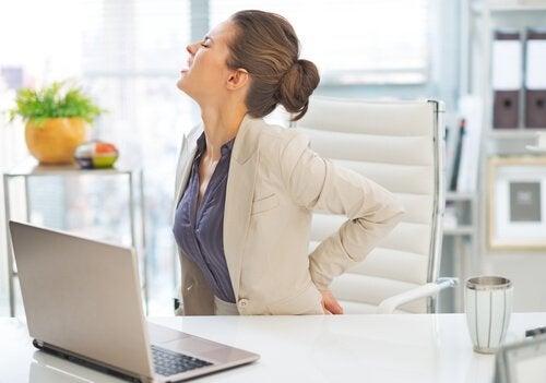 huono työskentelyasento voi olla selkäkipua aiheuttavaa