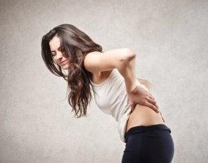 jokin aiheuttaa naiselle selkäkipua