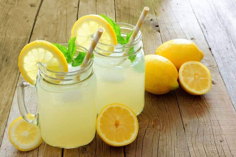 6 laksatiivia ilman sivuvaikutuksia - sitruuna ja vesi.