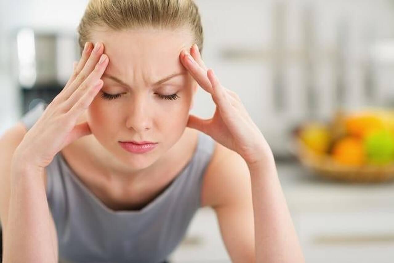 naisella päänsärkyä
