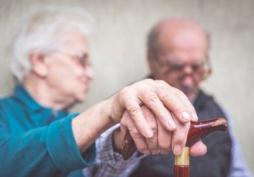 Alzheimerin aiheuttamia varhaisia oireita voi olla vaikea tunnistaa.