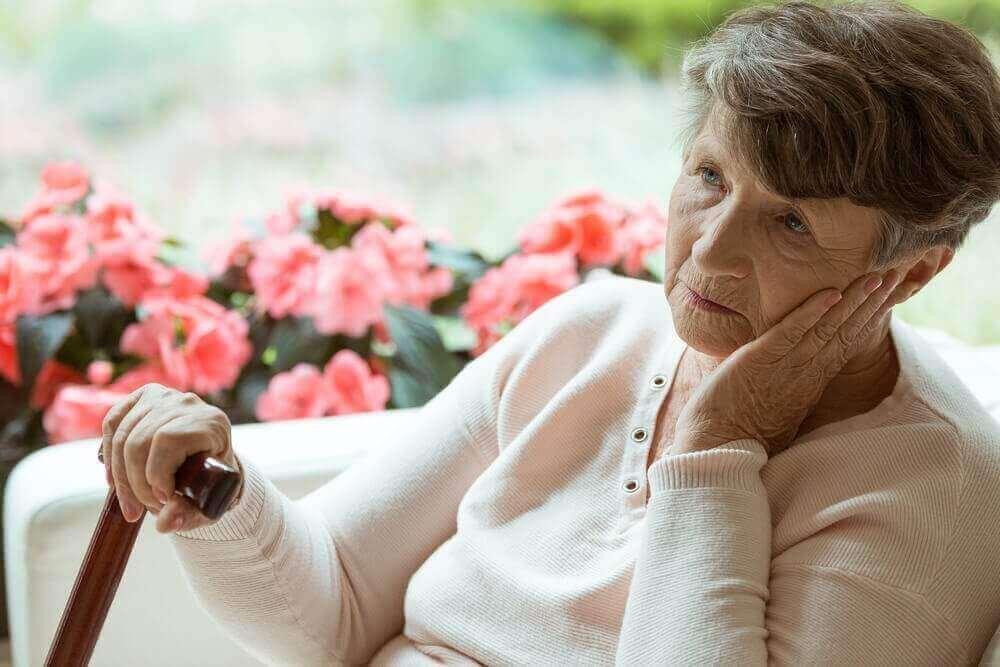 Päivittäisten askareiden hoitaminen vaikeutuu Alzheimerin taudista kärsivälle.