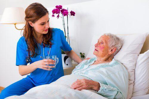 sairaanhoitaja ja vanha nainen