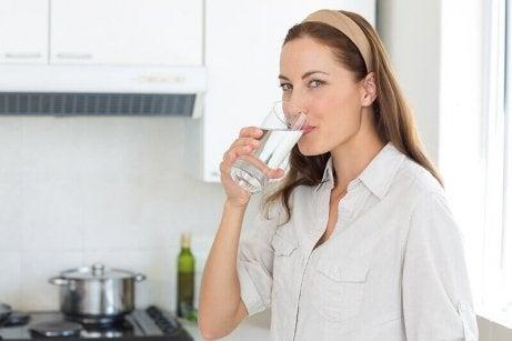 7 kotikonstia munuaiskiviin - riittävä vedenjuonti.