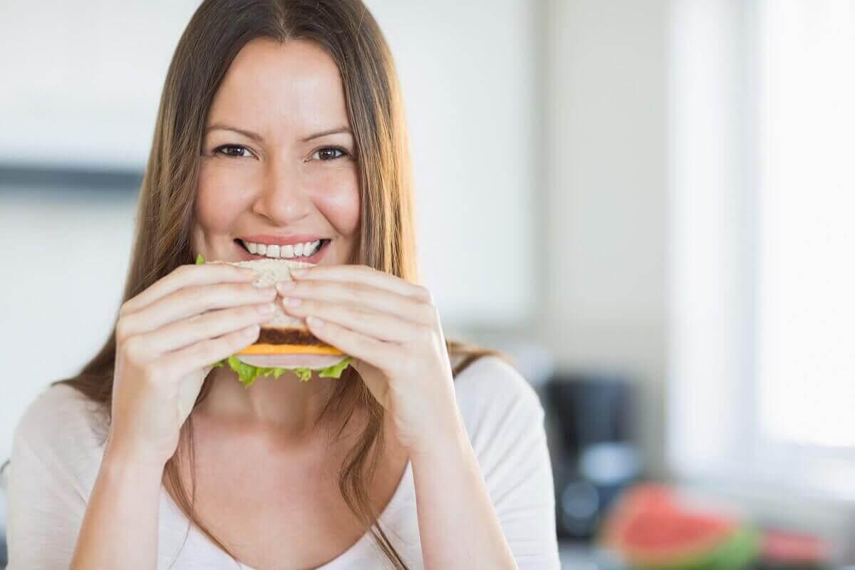 nainen syö voileipää