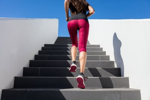 nainen juoksee portaita ylös