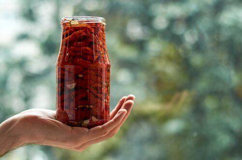 aurinkokuivatut tomaatit purkissa