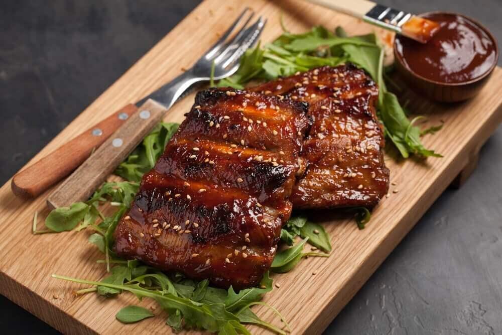 karamellisoidut grillikyljet salaattipedillä