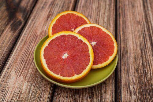 hedelmät auttavat painon pudottamisessa: greippi