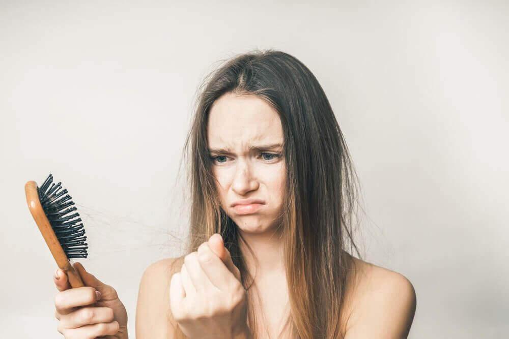 Kotihoitoja hiustenlähtöön