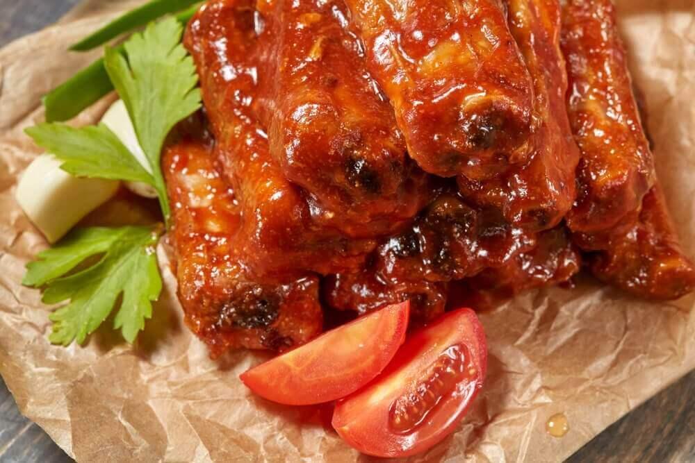 hunajakaramellisoidut grillikyljet ja tomaatinviipaleet