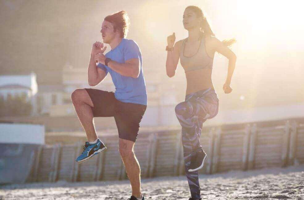 aerobiset harjoitukset: polvet ylös