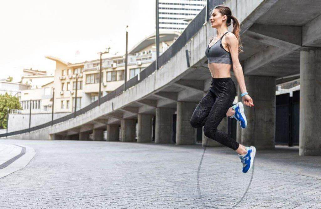 nainen hyppii hyppynarulla