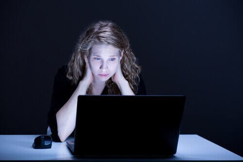 yötä myöten tietokoneen ääressä